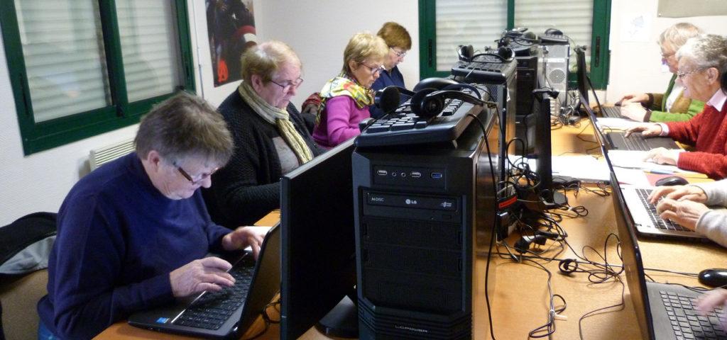 personnes travaillant sur des ordinateurs