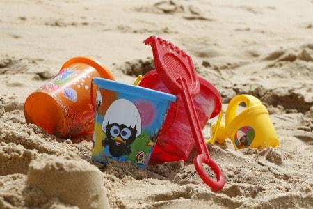 seaux d'enfants dans le sable avec pelle